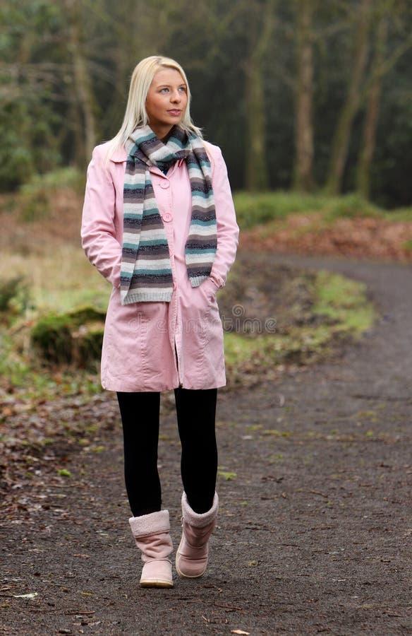 Giovane donna sulla camminata di autunno fotografia stock libera da diritti