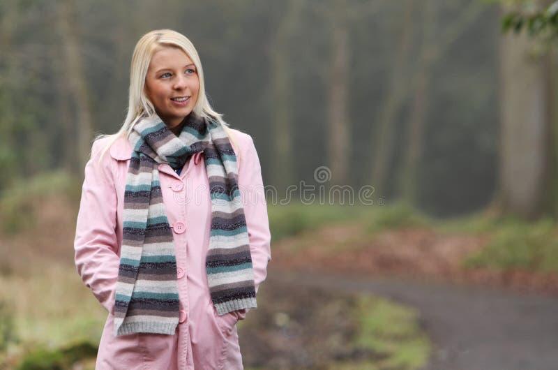 Giovane donna sulla camminata di autunno immagini stock