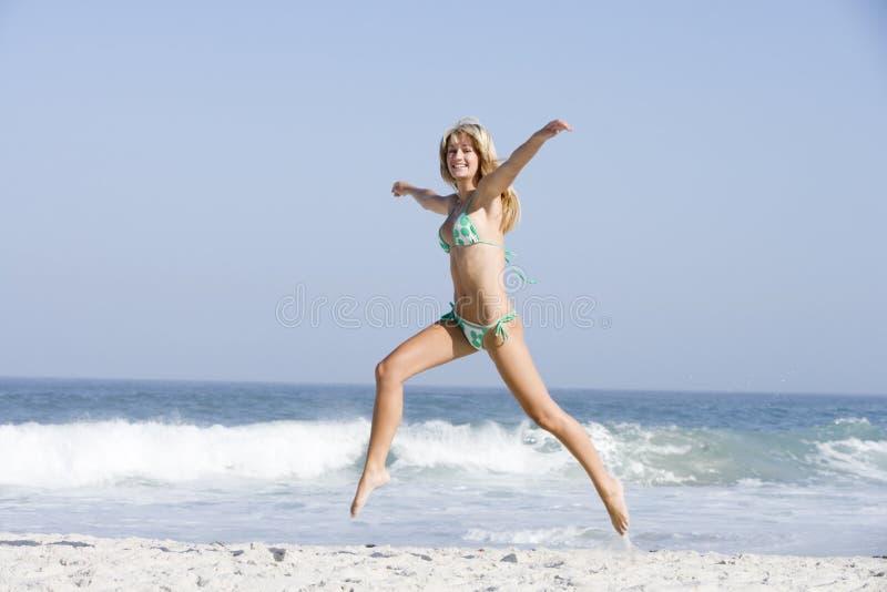 Giovane donna sulla festa della spiaggia immagini stock libere da diritti