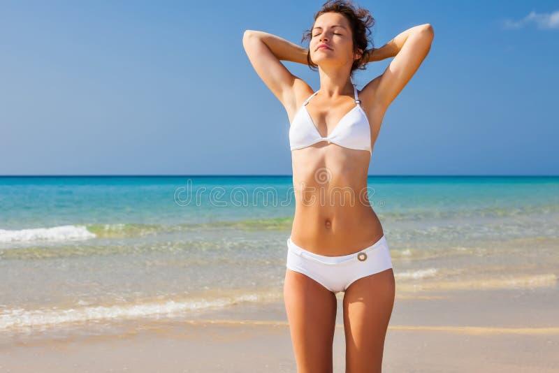 Giovane donna sulla spiaggia immagine stock libera da diritti