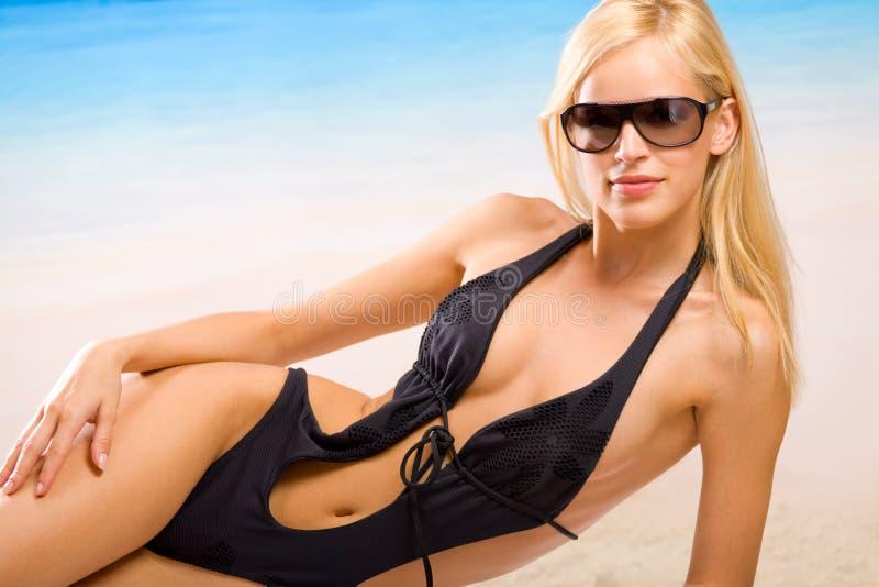 Giovane donna sulla spiaggia del mare fotografie stock libere da diritti