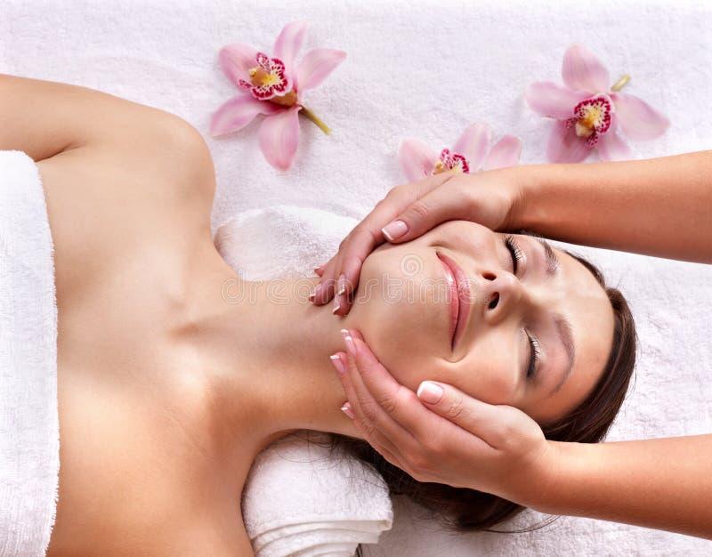 Giovane donna sulla tabella di massaggio nella stazione termale di bellezza. immagine stock