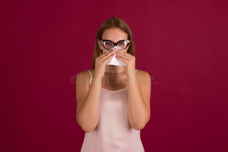 Giovane donna sveglia, allergia, studio fotografia stock libera da diritti