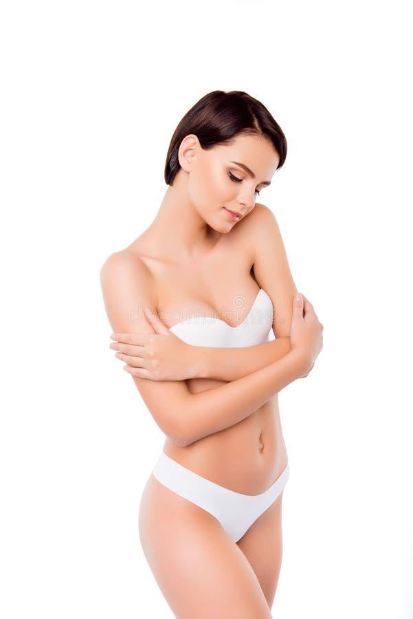 Giovane donna sveglia con pelle fresca ideale isolata su fondo puro bianco Abbracciarsi fotografie stock libere da diritti