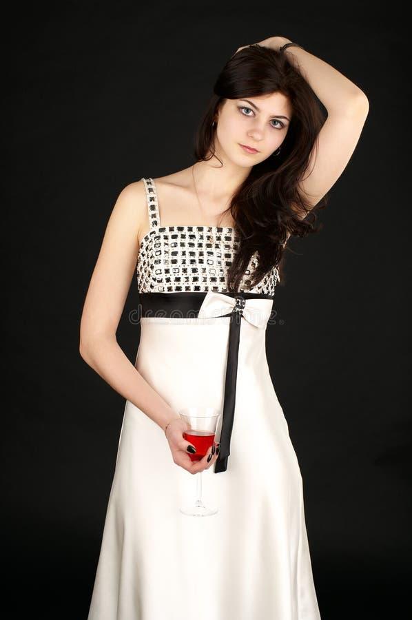 Giovane donna sveglia con vetro di colore rosso fotografie stock
