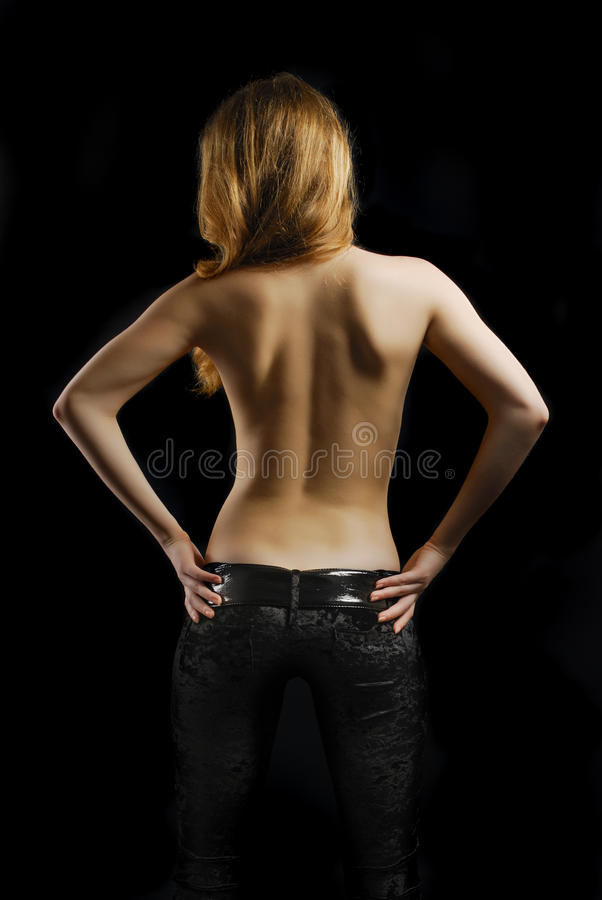 Giovane donna Topless dalla parte posteriore nella priorità bassa nera immagine stock libera da diritti