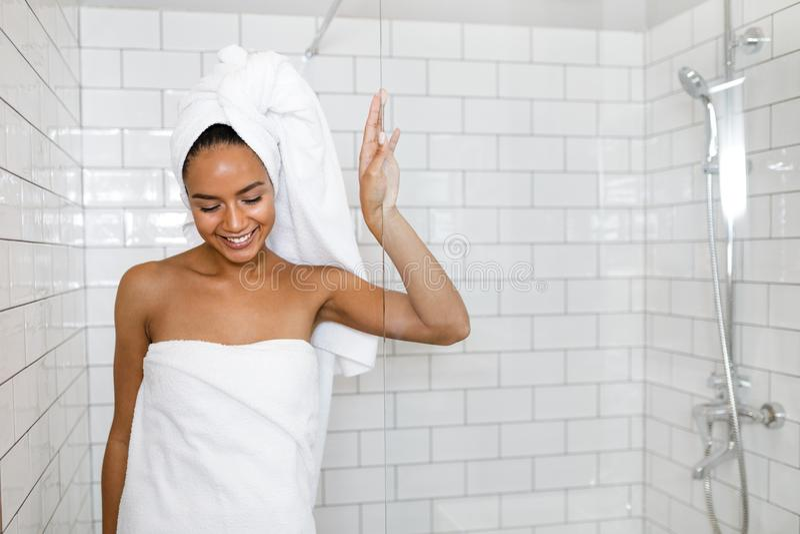 Giovane donna in tovaglioli bianchi fotografia stock libera da diritti