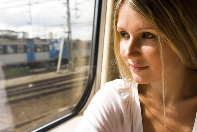 Giovane donna in treno dell'annata fotografia stock libera da diritti