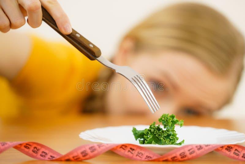 Giovane donna triste che è sulla dieta immagine stock libera da diritti