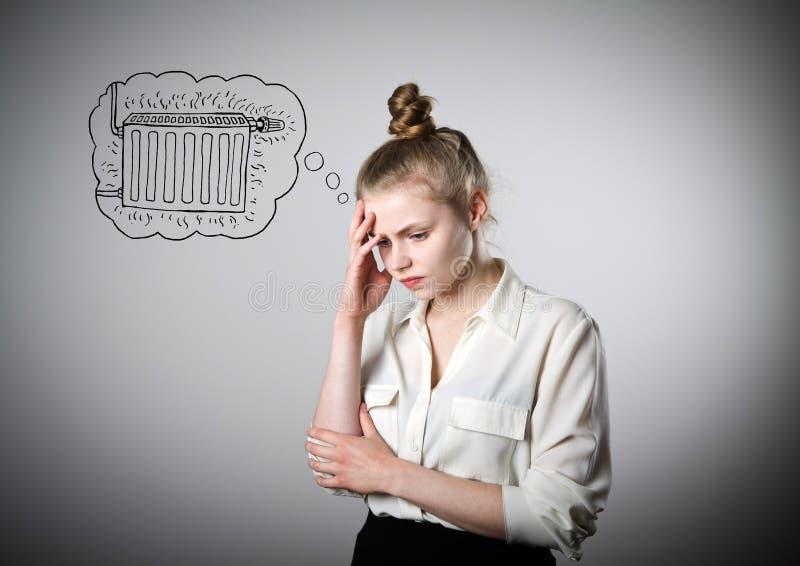 Giovane donna triste e periodo di riscaldamento immagini stock
