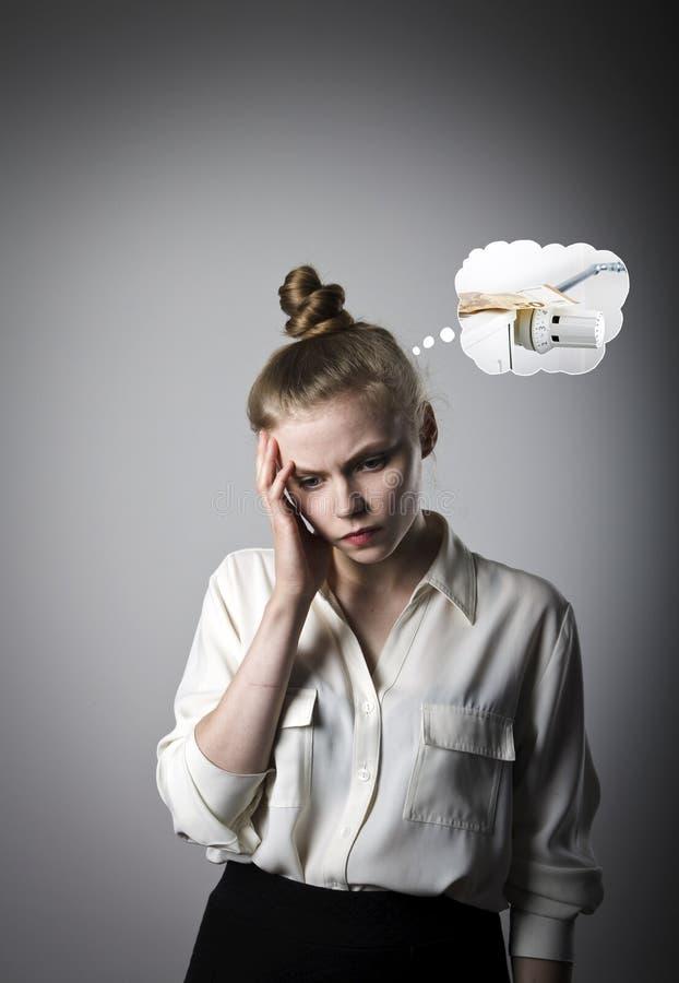 Giovane donna triste e periodo di riscaldamento immagine stock