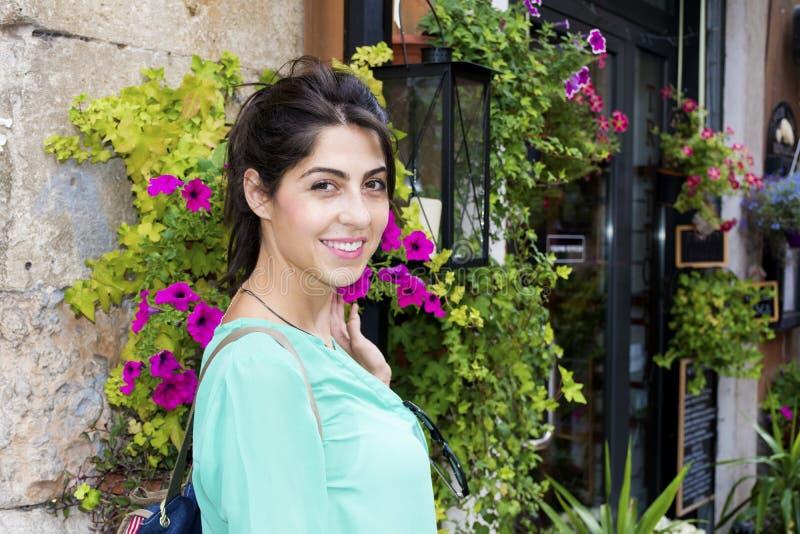 Giovane donna turistica a Verona, Italia fotografie stock libere da diritti