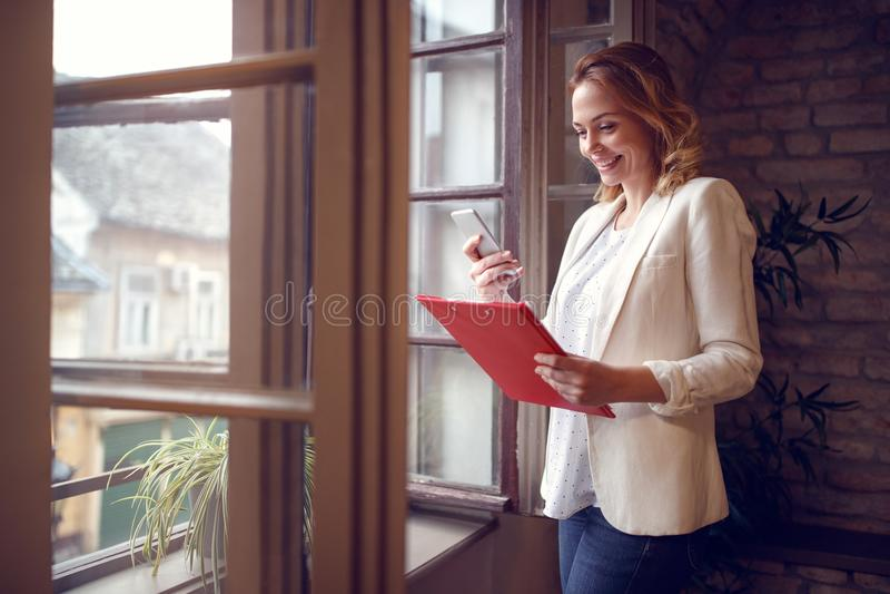 Giovane donna in ufficio che contatta socio commerciale fotografie stock libere da diritti