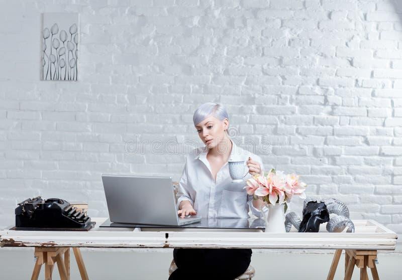 Giovane donna in ufficio d'avanguardia fotografie stock libere da diritti