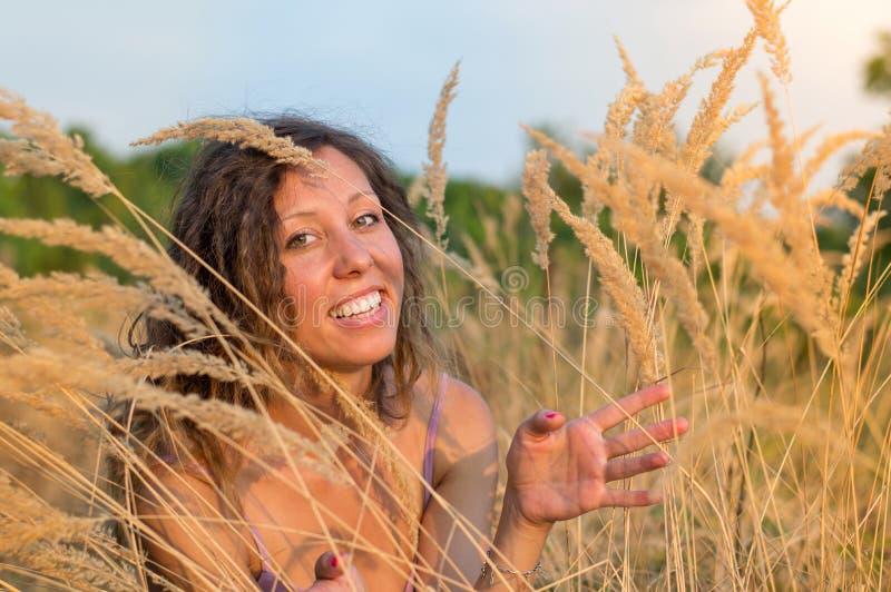 Giovane donna in un campo di frumento fotografia stock libera da diritti