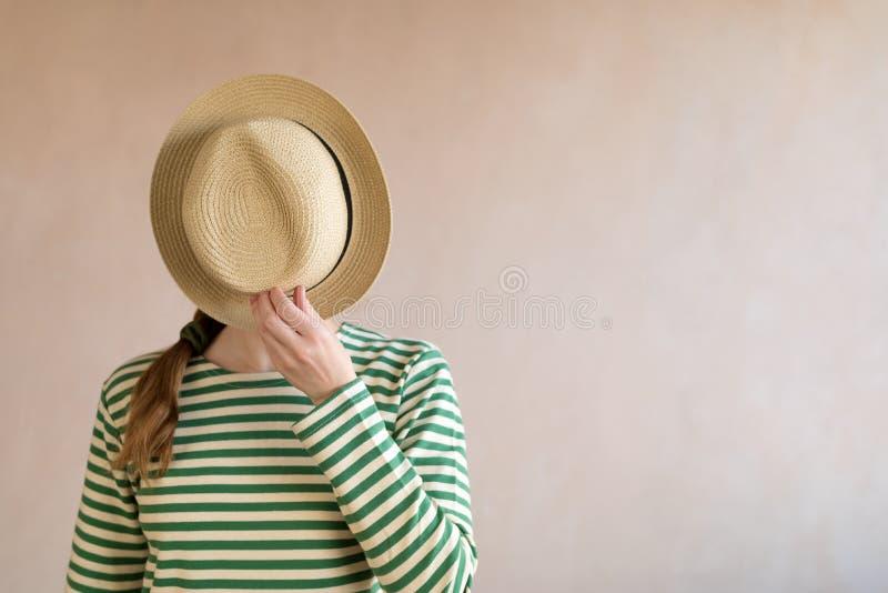 Giovane donna in un cappello di paglia immagine stock libera da diritti