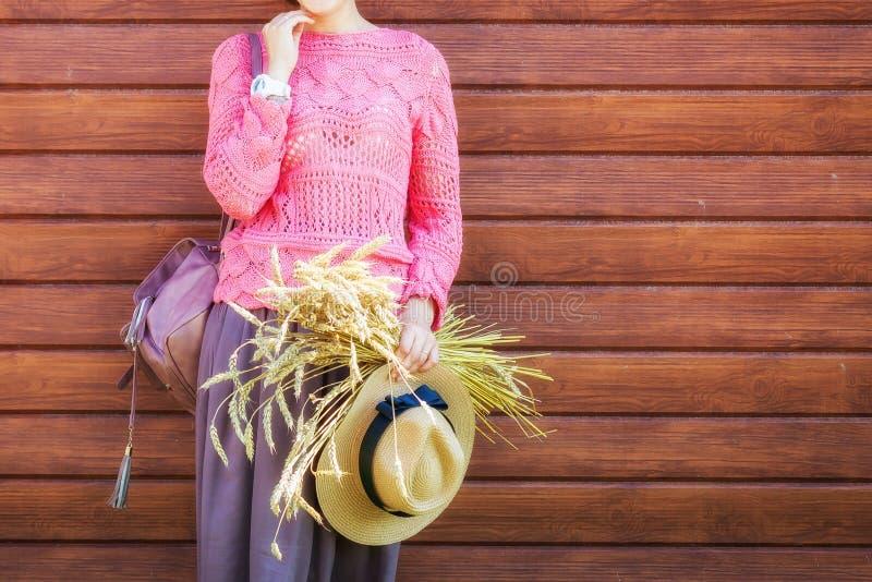 Giovane donna in un cardigan ed in un cappello di estate fotografia stock