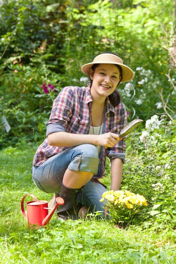 Giovane donna in un giardino immagini stock libere da diritti