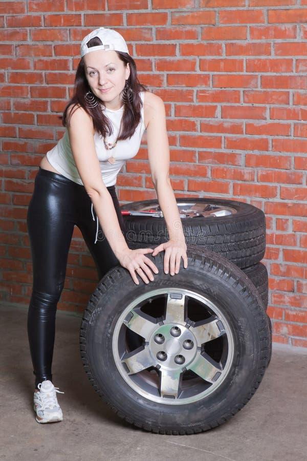 Giovane donna in un servizio dell'automobile immagini stock libere da diritti