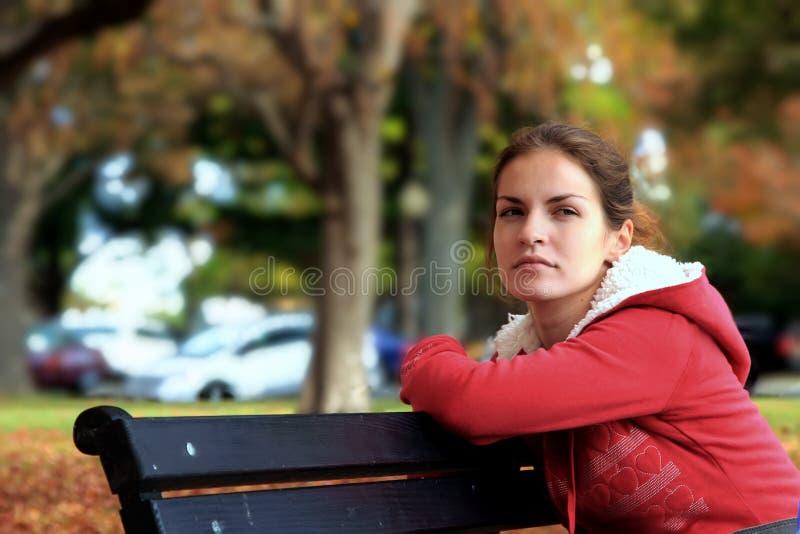 Giovane donna in una sosta di autunno immagine stock
