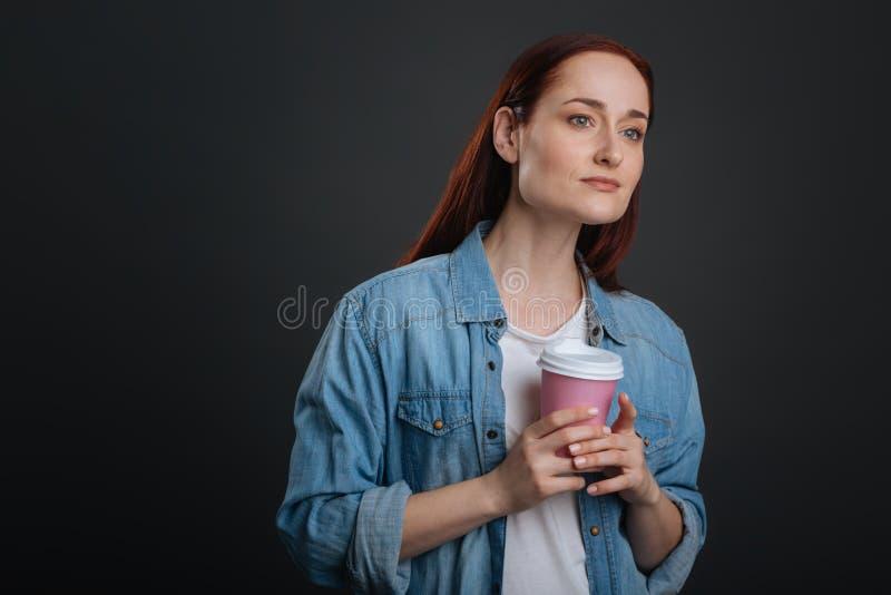 Giovane donna vaga che aspetta qualcuno fotografie stock