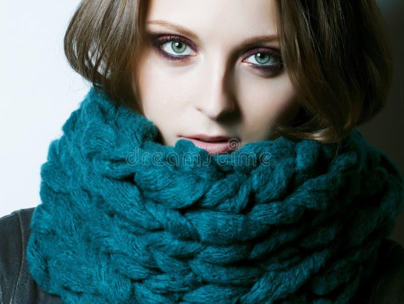 Giovane donna vera graziosa in maglione e sciarpa da ogni parte del suo sorridere del fronte fotografia stock