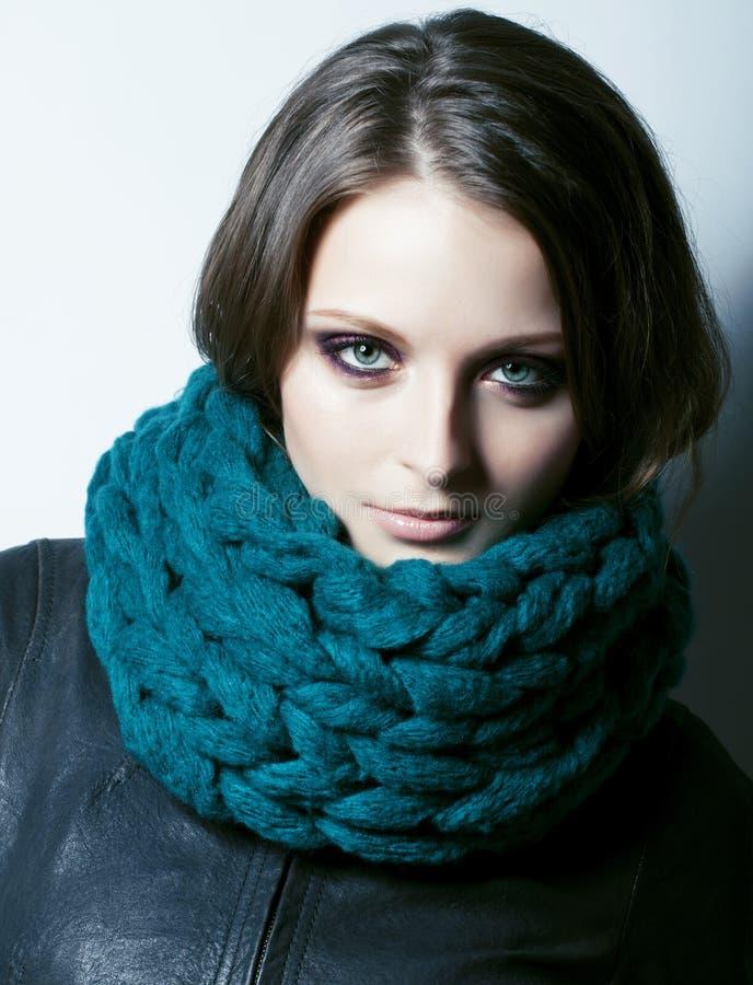 Giovane donna vera graziosa in maglione e sciarpa da ogni parte del suo sorridere del fronte fotografia stock libera da diritti