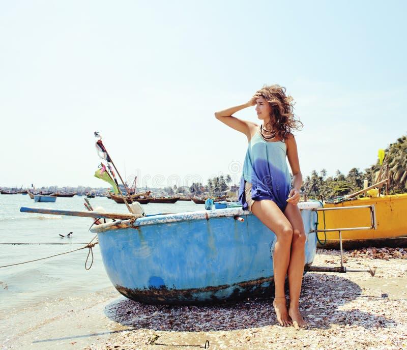 Giovane donna vera sorridente sveglia in porto asiatico, viaggiatore del Vietnam immagine stock libera da diritti