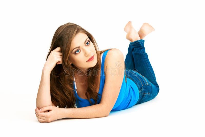Giovane donna vestita di stile casuale che si trova sul bianco fotografie stock