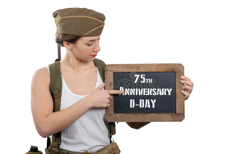 Giovane donna vestita in lavagna di rappresentazione dell'uniforme militare dell'americano ww2 con l'anniversario di d-day fotografia stock libera da diritti
