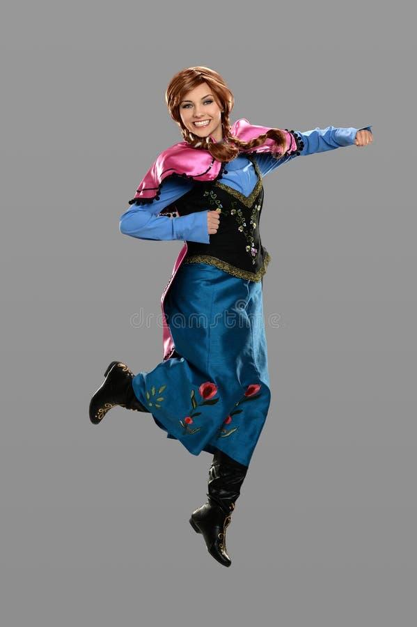 Giovane donna vestita nel salto del costume fotografia stock libera da diritti