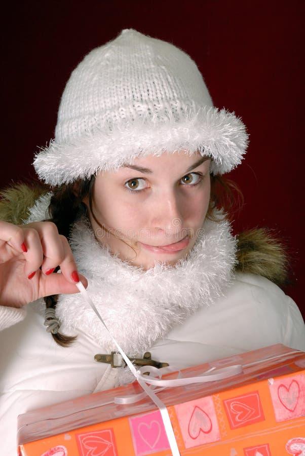 Giovane donna in vestiti di inverno che fanno i fronti divertenti fotografia stock
