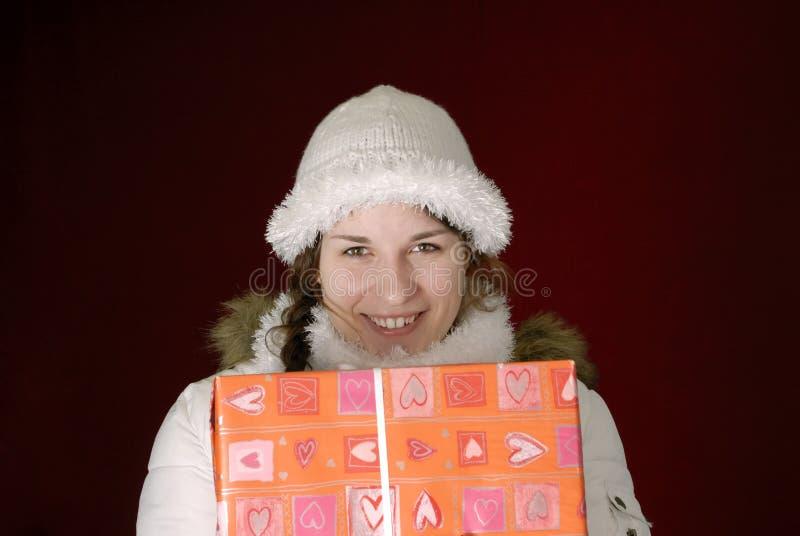 Giovane donna in vestiti di inverno con il regalo fotografia stock