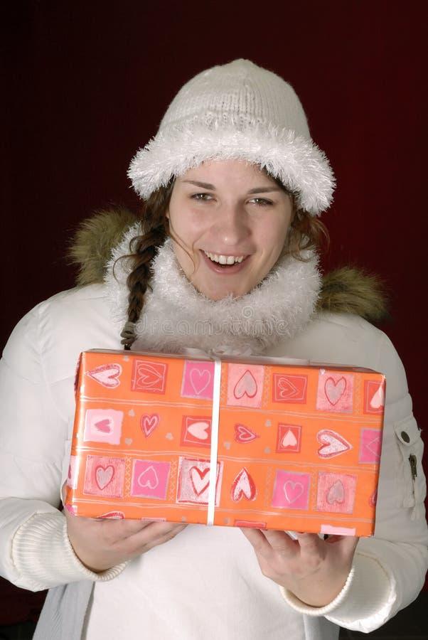 Giovane donna in vestiti di inverno con un regalo fotografia stock libera da diritti