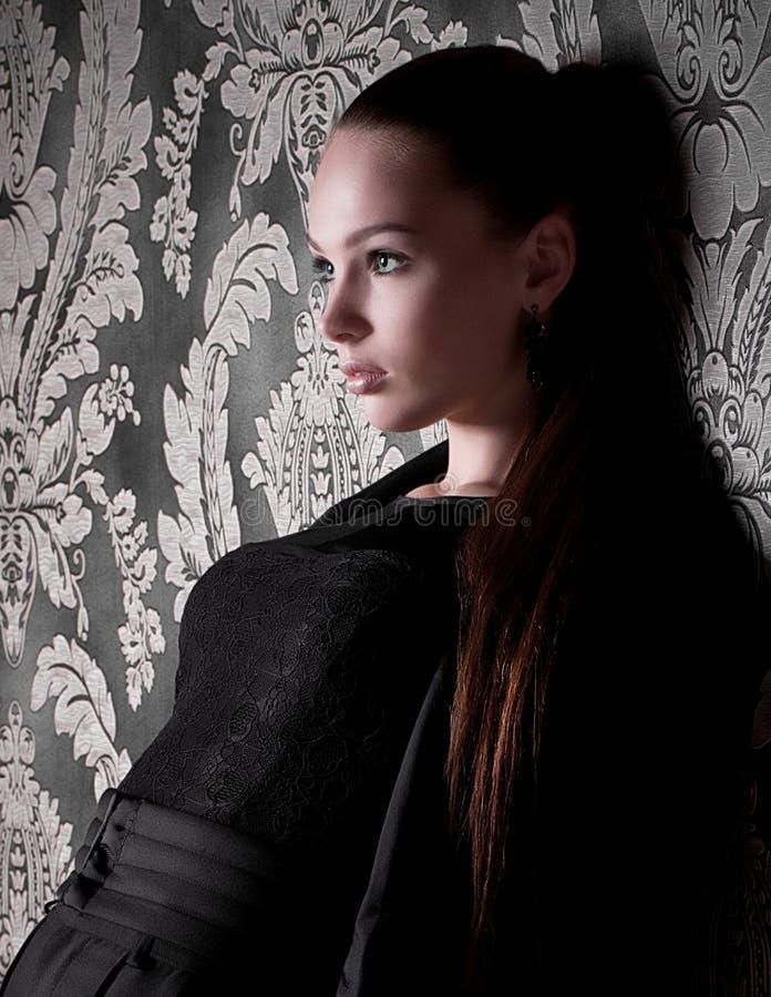 Giovane donna in vestiti di modo fotografia stock