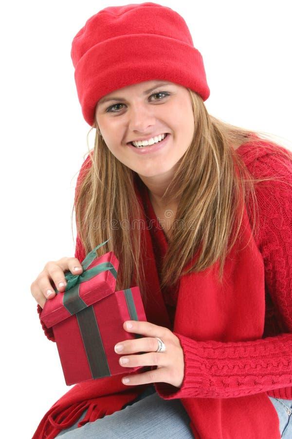 Giovane donna in vestiti rossi di inverno con il contenitore di regalo fotografia stock