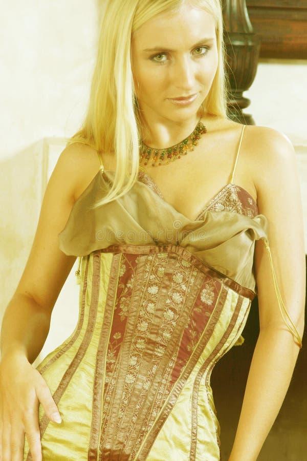 Giovane donna in vestito antico 3 immagine stock