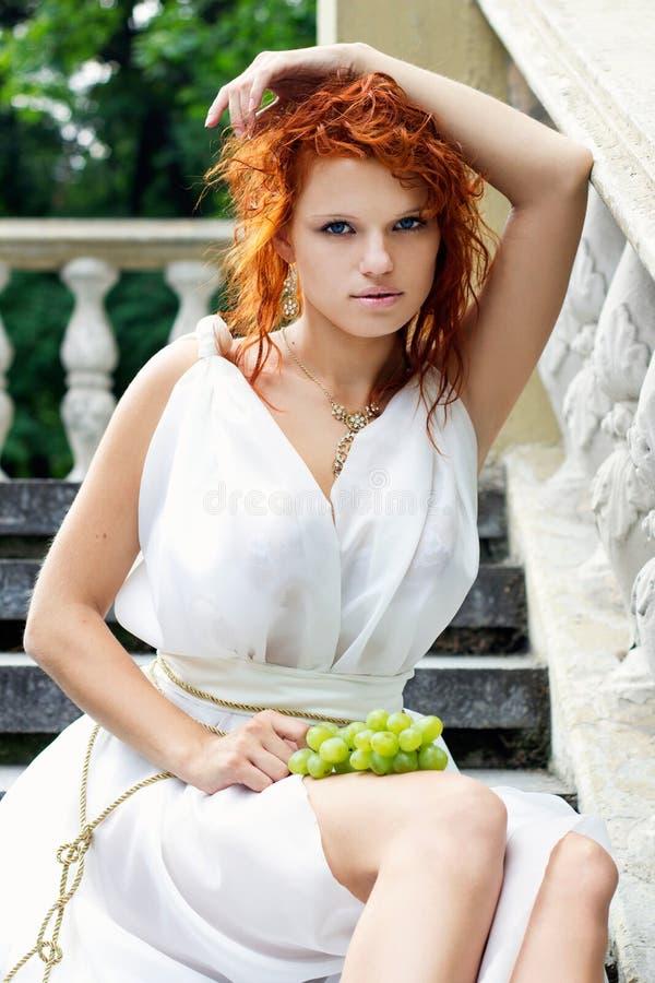 Giovane donna in vestito antico bianco fotografia stock