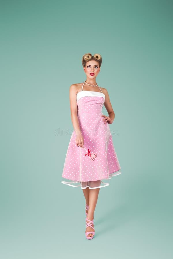 Giovane donna in vestito d'annata rosa immagine stock