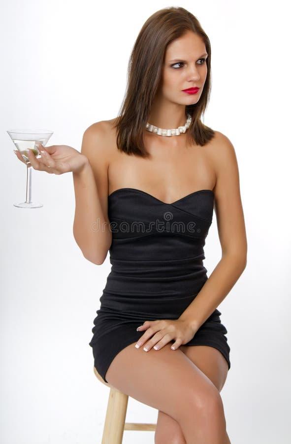 Giovane donna in vestito da cocktail nero fotografia stock