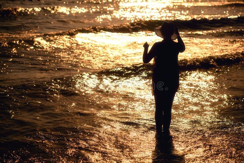 Giovane donna in vestito da estate che sta in un mare fotografia stock libera da diritti