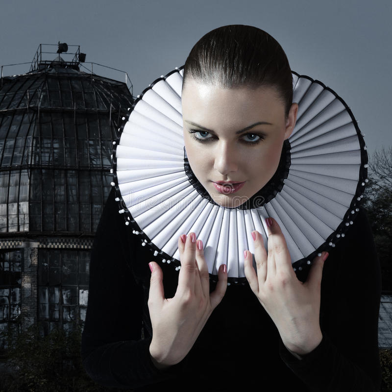 Giovane donna in vestito medioevale fotografia stock