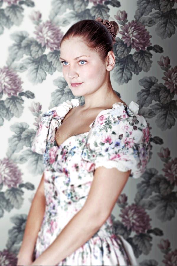 Giovane donna in vestito nello stile del victorian fotografia stock