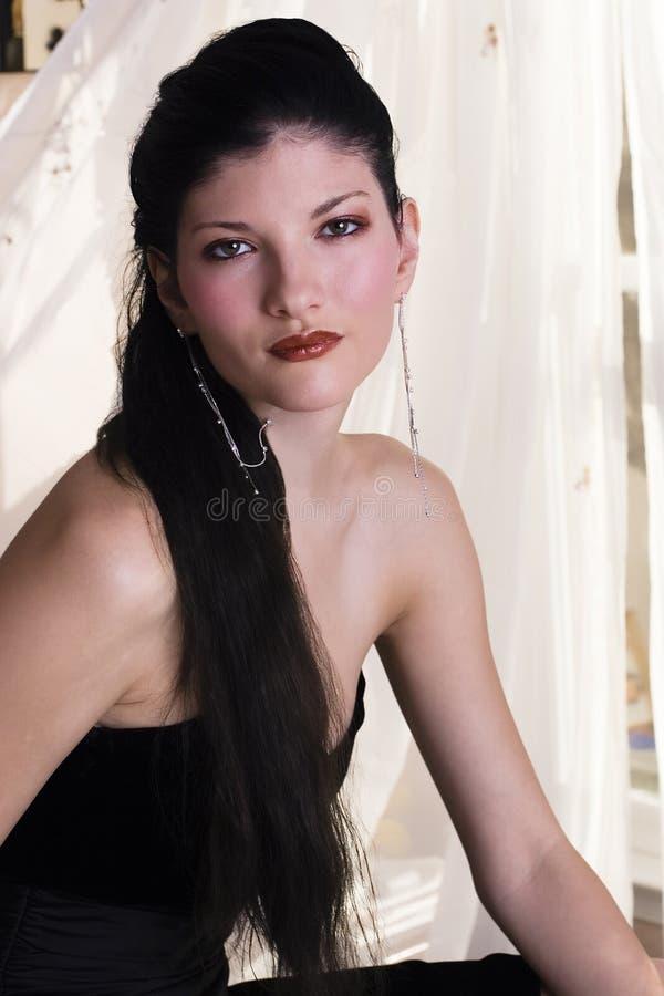 Giovane donna in vestito nero immagine stock