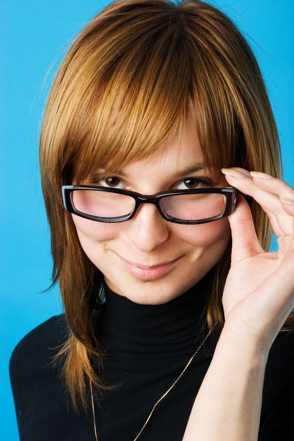 Giovane donna in vetri immagine stock