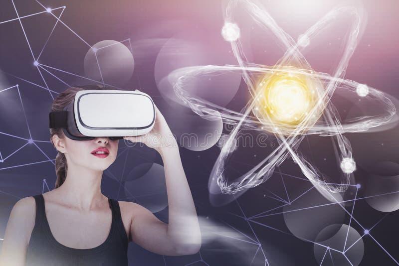 Giovane donna in vetri di VR, ologramma dell'atomo illustrazione vettoriale