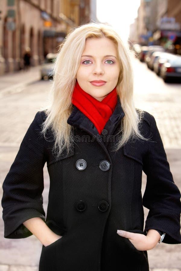 Giovane donna in via fotografia stock libera da diritti