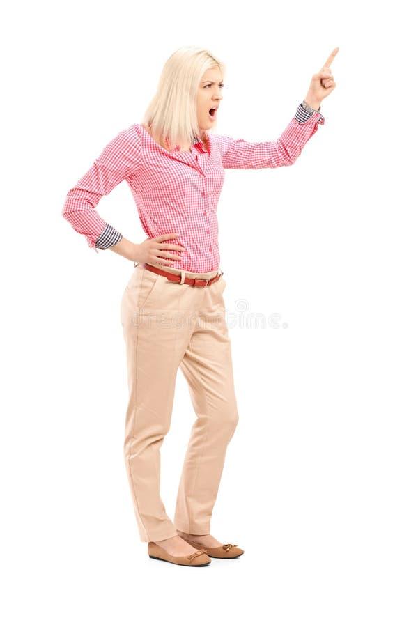 Giovane donna violenta che grida e che indica con il dito fotografia stock libera da diritti