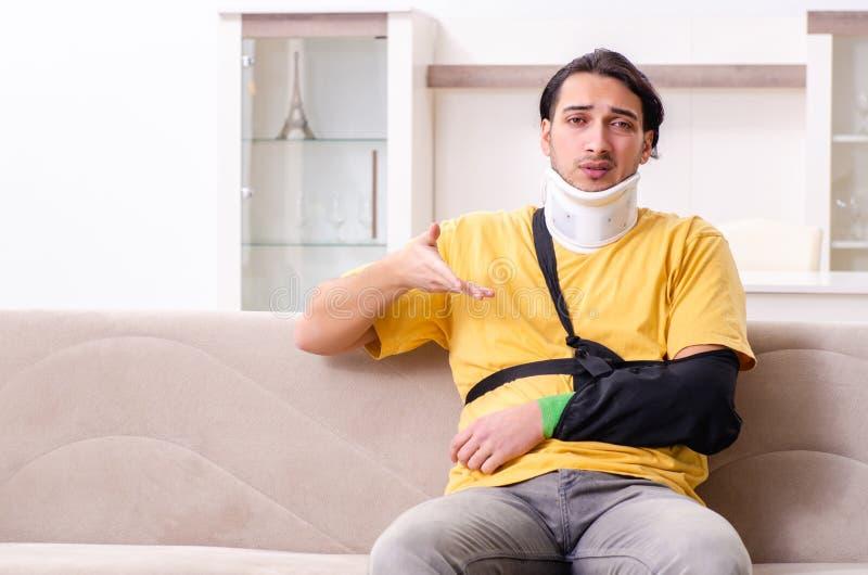 Giovane dopo l'incidente stradale che soffre a casa fotografia stock