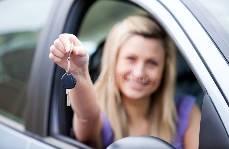 Giovane driver femminile che tiene un tasto fotografia stock